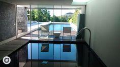 La cómoda zona acuática interior.