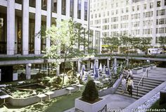 hotel landscape The old sunken plaza of the GM building on Manhattan, designed to keep people at bay. The Apple cube now stands on the new street level redesign. Landscape Plaza, Landscape Design, Architecture Images, Architecture Office, Gm Building, Plaza Design, Sunken Garden, Urban Park, Beautiful Buildings