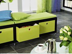 """DAS KÖNNEN SIE SELBERMACHEN: Basis dieser Bank ist das Regal """"Lack"""" von Ikea. Mit Möbelrollen, einem farbigen Anstrich, selbst gebauten Schubkästen und Polsterauflagen wird es zum mobilen Vielzweckmöbel. Die Bauanleitung für die Schubkästen verschickt ZUHAUSE WOHNEN."""
