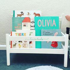 Die neue Bücherbank für Lina! Da kann sie sich Bücher besser aussuchen als im Regal! Die #Flisat Bücherbank von Ikea lag ewig hier rum und wollte gestrichen werden. Gestern haben Noah und ich es zusammen lackiert und zusammen gebaut. Und natürlich wurde sie noch beplottert. #Plotterliebe #Bücherliebe #Ikea #kinderbücher #kinderzimmer #Leseecke #diy