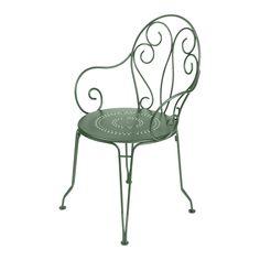 Montmartre är en vacker, romantisk serie från franska Fermob. Inspirationen till Montmartre har, som namnet antyder, hämtats från atmosfären i gammeldags franska parker, torg och paviljonger. Möblerna är tillverkade i pulverlackerat stål och skyddas från UV-blekning och rost med den senaste lackeringstekniken.Montmartre Karmstol är stapelbar. Välj bland ett flertal färger.