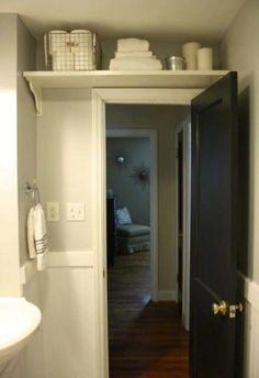 Aproveitando espaços acima da porta do banheiro.