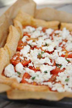 Bladerdeegtaart met geroosterde tomaten en geitenkaas