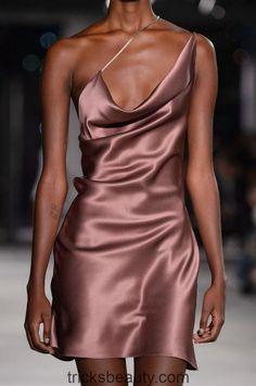 Cushnie et Ochs at New York Fashion Week Fall 2018 - Details Runway Photos Look Fashion, Fashion Clothes, Runway Fashion, High Fashion, Fashion Show, Fashion Outfits, Womens Fashion, Fashion Tips, Fashion Trends