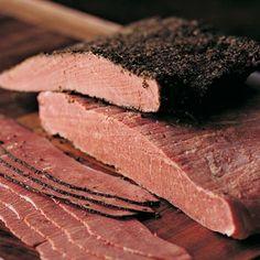 pastrón: 2kg tapa asado vaca (gruesa) 450 cc de agua 80 g de sal gruesa 2 g de salitre 20 g de azúcar 3 dientes de ajo 1 cdita de pimienta en grano 2 cdas de pimentón 2 cdas de ají molido 250 cc vino blanco 5 cdas de aceite