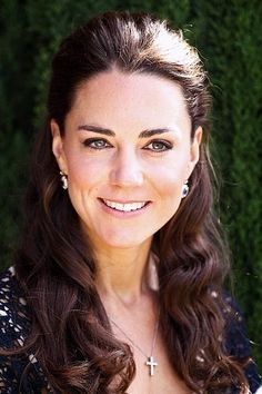 """face shapes :: kate middleton has """"an even, elegant Oval face shape."""" Kate Middleton Hair, Princess Kate Middleton, Kate Middleton Photos, Oval Face Shapes, Oval Faces, Prince William And Catherine, William Kate, Lady Diana, Duchesse Kate"""