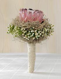 Protea-Brautstrauß   Die Protea ist die Königin der Blumen in Südafrika und die Nationalblume am Kap.   Um den Stil wird ein Seil gewickelt.