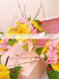 MAR CU PARFUM DE PRIMAVARA  Aranjament floral cu minigerbera si garofite in mar natural