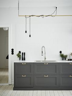 Here we showcase a a collection of perfectly minimal interior design examples for you to use as inspiration. Check out the previous post in the series: 20 Minimal Kitchen, New Kitchen, Basic Kitchen, Smart Kitchen, Kitchen Grey, Masculine Kitchen, Kitchen Storage, Shaker Kitchen, Kitchen Modern