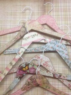 My decoupage hangers. Hanger Crafts, Diy Hangers, Wooden Coat Hangers, Diy Crafts Vintage, Wedding Hangers, Decoupage Art, Craft Show Ideas, Shabby Chic Decor, Craft Fairs