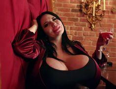 가슴 크다고 남자들이 좋아해주자 신나서 가슴 더 키운다는 '더블Z컵' 글래머 모델 - 인사이트 Insight