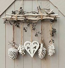 DIY & cottage seasonal decor & beautiful shabby chic Christmas decoration made with branches, pine cones and other natural materials & Love this idea! DIY & cottage seasonal decor & beautiful shabby chic Christmas decoration made w& Shabby Chic Christmas Decorations, Rustic Christmas, Xmas Decorations, Christmas Wreaths, Christmas Crafts, Christmas Ornaments, Cottage Christmas, Apartment Christmas, Christmas Branches