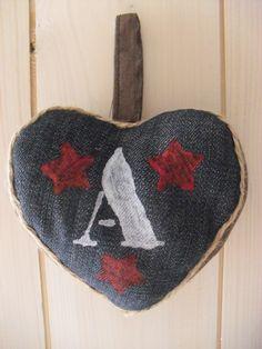 Coeur poché lettre argenté et étoiles rouge sur jean's