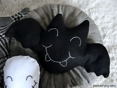 Cute DIY Halloween Throw Pillows - easy Halloween accent pillows to make and decorate your home! It is also a great craft activity to make with kids on Halloween! #halloween #halloweendiy #halloweencrafts #halloweendecor #halloweenpillow #halloweencushion #halloweenkids