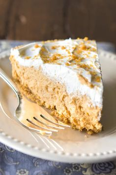 Easy Peanut Butter Pie Recipe - One Pinner said this easy peanut butter pie is the BEST dessert she's ever made! Reese Peanut Butter Pie, Peanut Butter Pie Recipe No Bake, Peanut Butter Dessert Recipes, Delicious Salmon Recipes, Yummy Recipes, Vegan Recipes, Pie Crumble, Crumble Recipe, Pie Guys