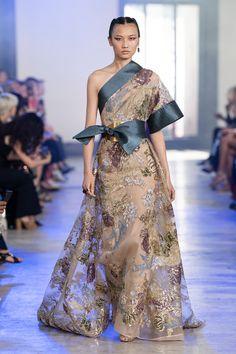 Elie Saab Fall 2019 Couture Fashion Show - Vogue Elie Saab Couture, Haute Couture Gowns, Style Couture, Couture Fashion, Fashion Week, Fashion Show, Style Fashion, Fashion Design, Daily Fashion