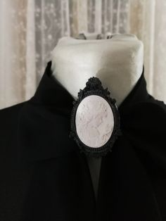 Victorian style cameo brooch ceramic black and white https://www.etsy.com/it/listing/573968169/victorian-style-cameo-brooch-ceramic