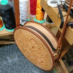 Краски, идеи для кожи, обсуждения, статьи Leather Belt Pouch, Small Leather Bag, Leather Keyring, Leather Holster, Leather Art, Leather Design, Leather Tooling, Leather Purses, Leather Bag Tutorial