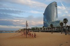 If you was thinking to have a trip to Barcelona this would be the recommend hotel. The iconic 5 star W Barcelona, also known as Hotel Vela (sail), was designed by the Barcelona-born Spanish architect Ricardo Bofill. W Hotel Barcelona, Barcelona Travel, Foto Barcelona, Ricardo Bofill, City Break, Best Cities, Hotel Reviews, Night Life, Surfboard