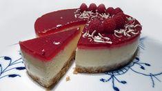 Cheesecake - Super lækker cheesecake (dejlig cremet) med hindbær gelé på toppen og med en sprød digestive bund med et strejf af lakrids. Find opskriften her Tortilla Chips, Cupcake Toppers, Panna Cotta, Raspberry, Deserts, Dessert Recipes, Food And Drink, Sweets, Baking