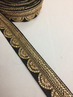 Borders or laces complete the dress or sari. We have wide collection of handloom banarasi borders to fancy laces and cutwork laces. We sell border, saree laces and laces in retail and wholesale. Saree With Belt, Pattu Saree Blouse Designs, Lace Saree, Pearl Embroidery, Saree Border, Embroidery On Clothes, Cutwork, Lace Design, Hair Bows