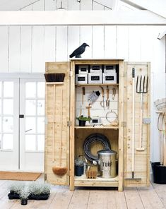 outside decor diy backyards Garden Bike Storage, Garden Organization, Outside Storage, Outdoor Storage, Summer House Garden, Barns Sheds, Woodworking Projects Diy, Diy Projects, Diy Furniture