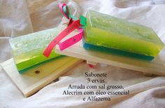 Barra de sabonete 3 ervas: arruda com sal grosso, alecrim e alfazema.  Um presente diferente pra quem acredita no poder energético das ervas e aprecia um banho espetacular!