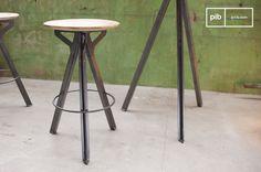 Un taburete vintage así del estilo industrial se ve elegante dentro de cualquier habitación.