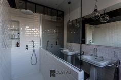 Salle de bain blanche et noir. Carrelage métro blanc, vasque à poser au sol. Grand miroir. niche dans la douche .