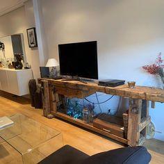 """Antique Arte y Decoración on Instagram: """"En la actualidad, los bancos de carpintero aportan un valor diferencial estético en cualquier estancia. @jerai55 lo tiene decorando su…"""" Desk, Furniture, Instagram, Home Decor, Country Style Furniture, Rustic Furniture, Houses, Cozy, Cottage"""
