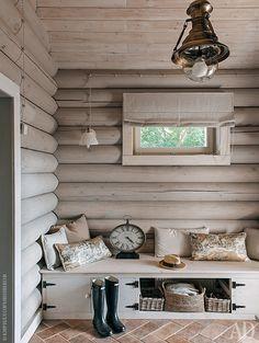 """Прихожая. Деревянная лавка сделана на заказ. На полу — керамогранит Casa dolce casa. Бра из салона """"Интерьерная лавка""""."""
