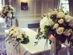 Ceremony ready @brandshatchplace #handpickedhotels #sittingbourneflorist #kentbrides #gettingmarriedinkent #weddingfloristkent #registrarflowers #urnarrangement #white #blush #peach #wedding #kent