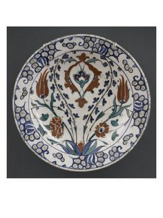 Plat au lambrequin et aux grandes tiges de tulipes et jacinthes - Musée national de la Renaissance (Ecouen)