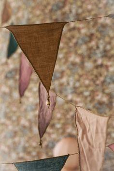 #vintage #floral #wallpaper and #garlands in kids room   mokkasin