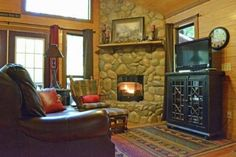 'Oak Ridge' strikes just the right balance between rustic and luxe Diy Log Cabin, Log Cabins, Oklahoma Cabins, Oak Ridge, Jacuzzi Tub, Pillow Top Mattress, Log Homes, Tiny Homes, Tiny House Plans