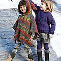 Inspiré du petit chaperon rouge, ce joli poncho est tricoté au point de riz en laine multicolore. Les finitions sont au crochet et...