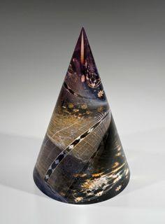 源氏物語シリーズ第二十五帖 「蛍」。源氏は几帳の内に蛍を放ち、その光で玉鬘の姿を浮かび上がらせて見せたというお話。円錐のガラスによって、まるで蛍が飛び交うかのように見えます。 http://akane-glass.com/english/