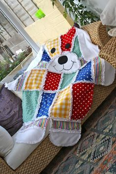 This Patchwork Dog Quilt would be a very easy project for someone with even basic sewing skills. Check out theTeddy Bear versions of this blanket as well! Quilt Baby, Patchwork Quilting, Sewing For Kids, Baby Sewing, Quilting Projects, Sewing Projects, Sewing Ideas, Rag Quilt Patterns, Dog Quilts