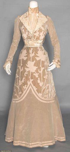 ephemeral-elegance: Wool Appliqued Velvet Afternoon Dress, ca. 1902 via Augusta Auctions Edwardian Clothing, Edwardian Dress, Antique Clothing, Historical Clothing, Edwardian Era, 1900s Fashion, Edwardian Fashion, Vintage Fashion, Vintage Outfits