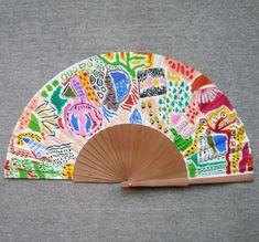 """Abanico pintado a mano de la serie """"Cosmicómicas"""". Un abanico, una obra de arte. #abanicospintadosamano #abanicosmodernos #abanicosespañoles #abanicosartesanales"""