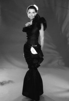 Givenchy, Paris.- Audrey Hepburn wore this evening gown of Hubert de Givenchy from 1982 until about 1988. Note: This was her favorite evening gown in the 1980s. S)