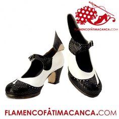 Modelo Estilo Calzado flamenco de línea nueva con dibujo en la puntera en forma de tres puntas con picado. Pieles y forros de 1º calidad. Suela doble de cuero cosida. Doble cantidad de clavos en puntera y tacón puesto uno a uno con pulido final. Refuerzos en puntera y talón. Filis ntideslizantes. El proceso de fabricación de los zapatos es de unos 15/20 días.