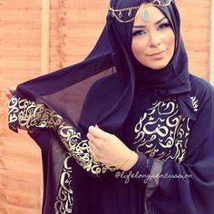 Untuk acara formal, penampilan seperti ini juga cantik, warna hitam dan emas adalah pilihan yang cocok.