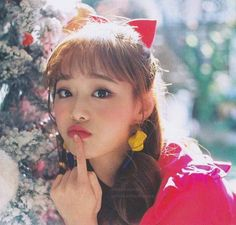 She is part of the Famous Kpop group Loona formed under Blockberry Creative. She represents the peach for the group and her animal is penguin. She is the member of LOONA yyxy and also the leader. South Korean Girls, Korean Girl Groups, My Girl, Cool Girl, Chuu Loona, Kim Jung, Fandom, Pop Idol, Olivia Hye