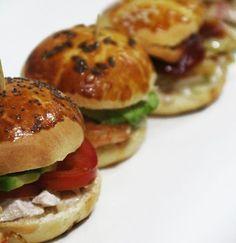 Muchas ideas para preparar ricos mini sandwich ideales para cumpleaños y aperitivos. Pan Relleno, Cuban Cuisine, Cuban Recipes, Canapes, Tostadas, Salmon Burgers, Tapas, Healthy Life, Catering