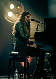 Jasmine van den Bogaerde known as Birdy , is a 18 year old girl who can turn… Sound Of Music, Music Love, Music Is Life, My Music, Birdy Singer, Idole, Jasmin, Music People, Shows