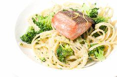 Tallarines al pesto con brócoli y salmón