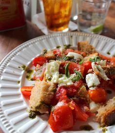 Panzanela Caprese (R$ 28) com dois tipos de tomates, mussarela de búfala, pão e manjericão da nova Bráz Trattoria