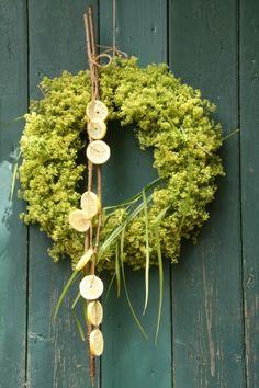 Üppig blüht jetzt der Frauenmantel! Für einen Türkranz sind seine Blüten bestens geeignet. Dafür die Blüten bündelweise schön dicht auf einen Drahtring binden, denn sie trocknen noch etwas ein.