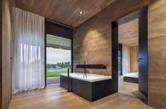 Salle de bains attenante suit le thème d'aménagement intérieur de la demeure